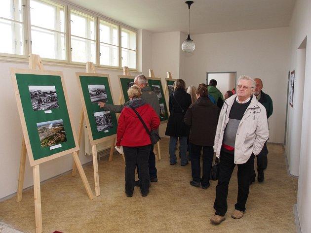 Ve dvou sálech jsou instalovány fotografie, kameny a plakáty, na kterých je zachycena historie povrchového dolu a unikátní krása minerálů, které se v této sestavě nacházejí pouze na třech až pěti lokalitách na světě.