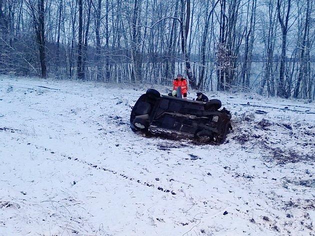 Mezi Starými Ždánicemi a Lázněmi Bohdaneč vyletělo auto ze silnice a skončilo na střeše v poli.