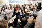 Před pardubickým krajským úřadem v pondělí protestovali studenti školy z Poděbradské ulice