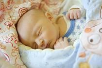 JOSEF KOŠATA se narodil 1. listopadu v 17:53 hodin. Měřil 50 centimetrů a vážil 3530 gramů. Maminku Dagmar u porodu podporoval tatínek Josef a rodina je z Pardubic.