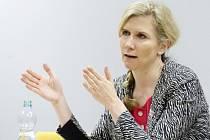 Ministryně Kateřina Valachová při besedě se studenty na Gymnáziu Mozartova.