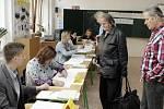 ZŠ Bratranců Veverkových v Pardubicích se krátce po otevření volebních místností zaplnila voliči.