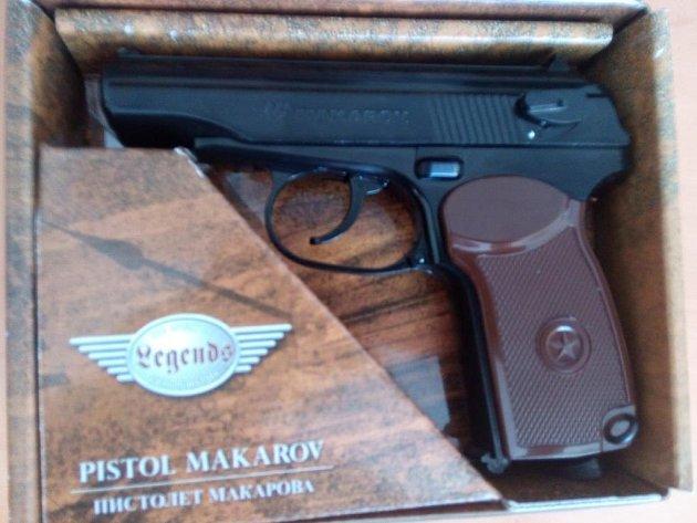 Plynová pistole, kterou se žena sama postřelila při neopatrné manipulaci.
