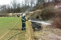 Hasiči při zásahu u požáru porostu