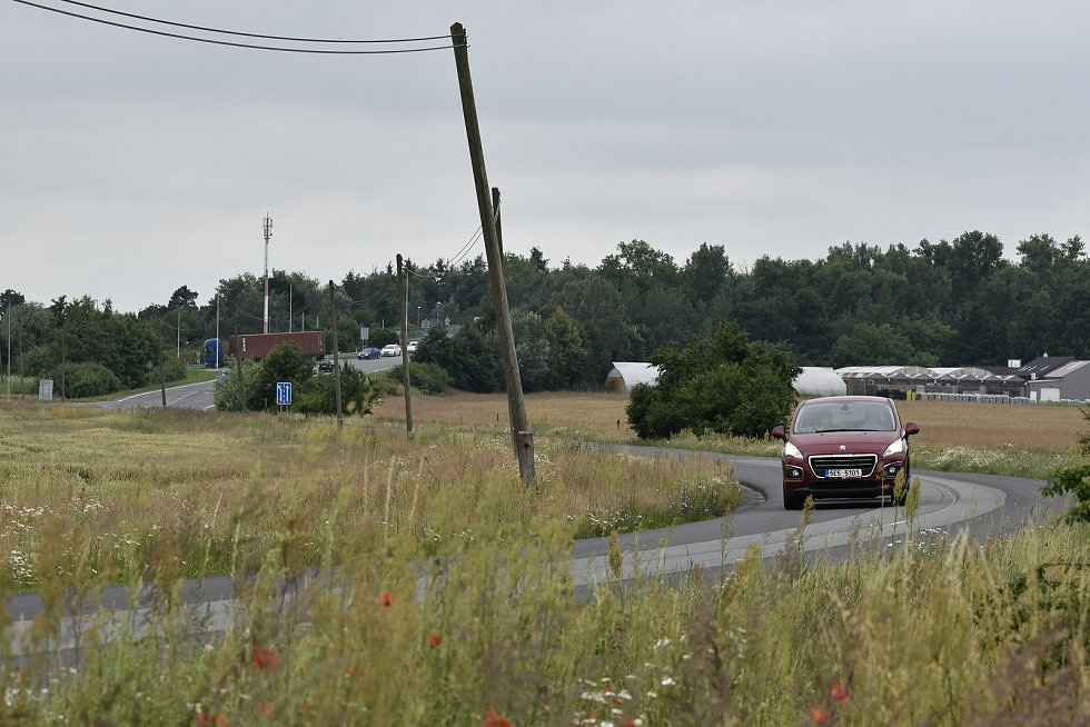 Další kruhový objezd vznikne v této zatáčce. Zde se potká současná silnice vedoucí do Staročernska s novým obchvatem. Nová trasa obchvatu poté bude směřovat dále od obce.