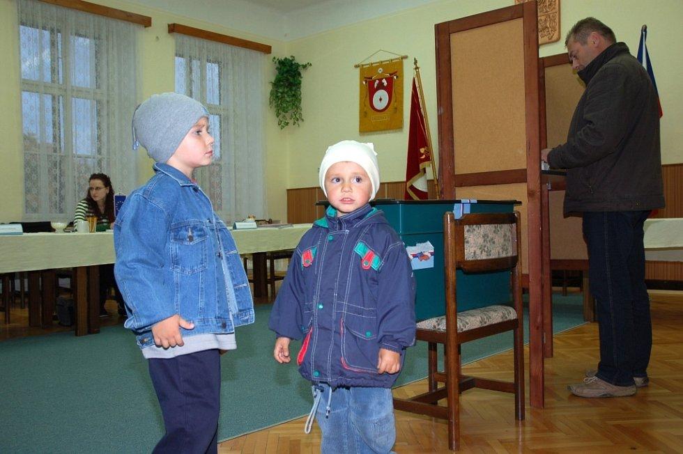 CHOLTICE. Desítky občanů zamířily k urnám v Cholticích.