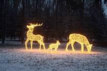Světlo roptyluje temnotu. Nastal čas vánoční.