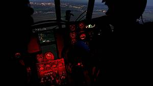 Vrtulník nad nočním Kolínem.