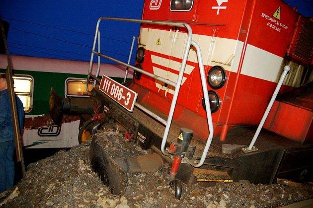 Sobotní srážku rychlíku, jedoucího z Brna do Prahy, a posunující se lokomotivy na nádraží ve Vršovicích, zřejmě způsobilo lidské selhání. Nikdo nebyl naštěstí zraněn. Podle prvních odhadů si nehoda vyžádala škody ve výši okolo dvou milionů korun.