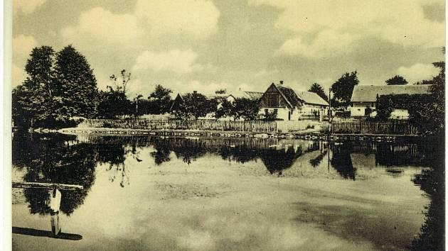 Obecní rybník na návsi ještě se starou zástavbou. Pravděpodobně 30. léta 20. století.