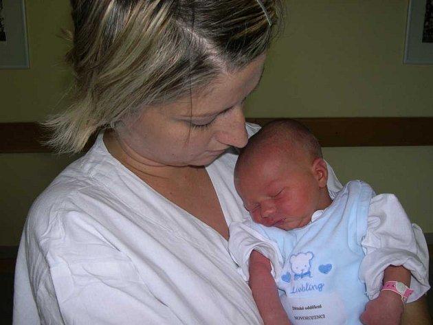 Matyáš Heller přišel na svět 9. září ve 13.45 hodin. Maminka Martina i tatínek Jiří, který byl prý u porodu statečný, se těší z prvního miminka. Matyášek vážil 3,42 kg a měřil 51 cm.