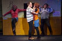 Ze hry Normální debil 2, kterou o víkendu uvede Východočeské divadlo na Malé scéně ve dvoře.