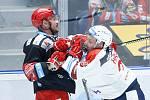 Hokejové utkání Tipsport extraligy v ledním hokeji mezi HC Dynamo Pardubice (v bíločerveném) a HC Oceláři Třinec (v černočerveném) v pardudubické enterie areně.