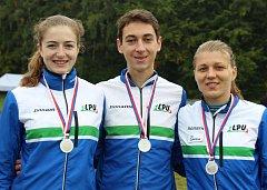Pardubičtí orientační běžci. Hrudˇ(zleva) Anny Kopecké, Jonáše Fencla a Jany Knapové zdobí stříbro.