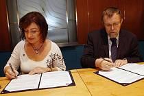 Smlouvu o spolupráci kraje a neziskového sektoru podepsali hejtman Radko Martínek a předsedkyně správní rady Koalice nevládek Pardubicka a senátorka Miluše Horská.