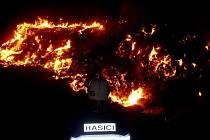 Noční požár stohu na Bohdanečsku