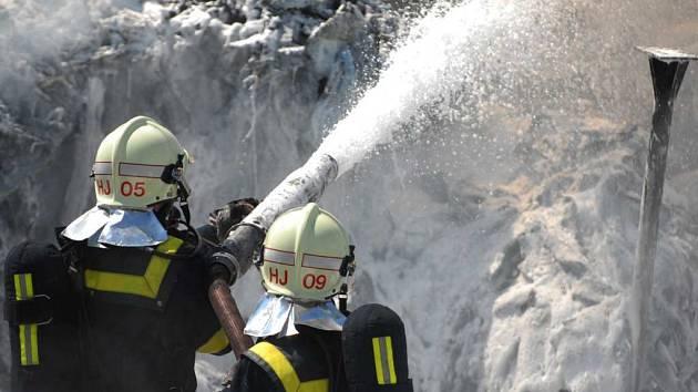 Požár skládky plastů mezi Sezemicemi a Chotčí.