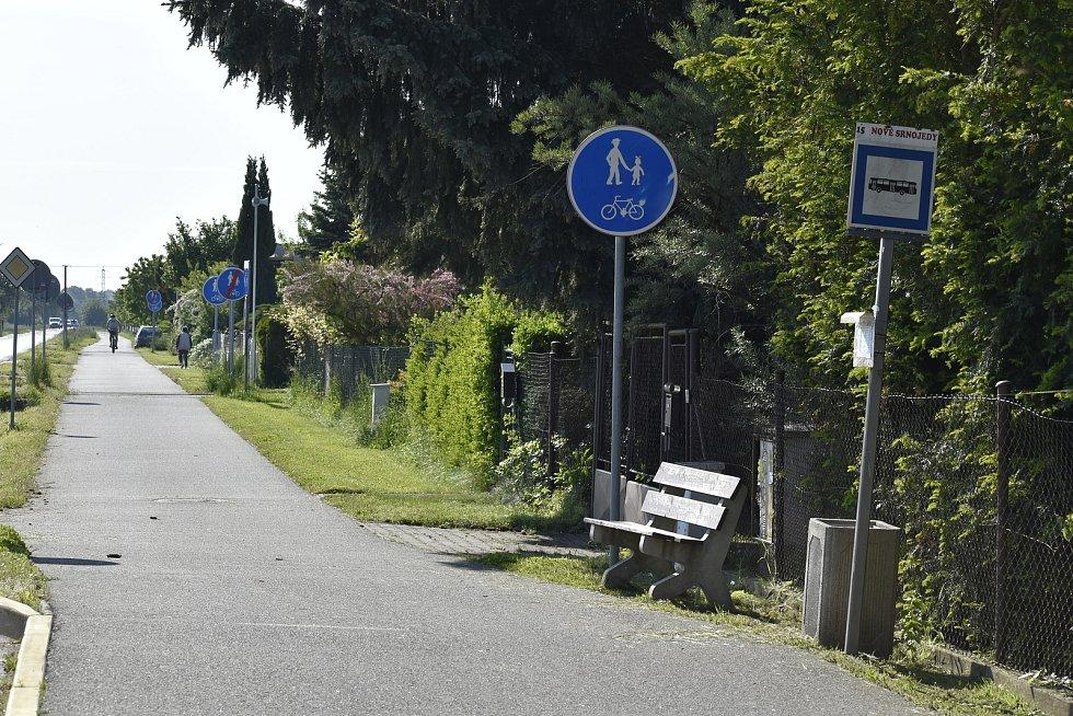 Do nedávna každý autobus projíždějící obcí Srnojedy stavěl na tamních zastávkách. Nyní obcí stále jezdí, avšak u zastávek řidiči už ani nepřibrzdí.