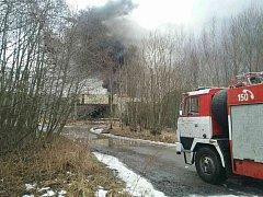 Z areálu muniční továrny v Boříně se ozývají exploze. Hasiči se z místa museli stáhnout.