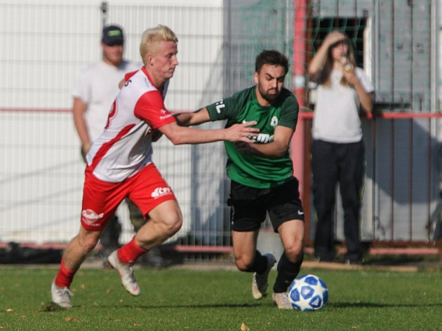 Utkání MOL CUPu mezi FK Pardubice (ve bíločerveném) a FK Jablonec (v zelenočerném) na hřišti pod Vinicí v Pardubicích.
