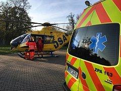 Popálené dítě předali záchranáři k leteckému transportu do specializovaného popáleninového centra.