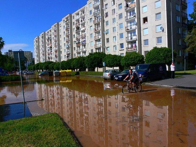 Potopa, kterou v Lonkově ulici způsobila havárie vodovodu