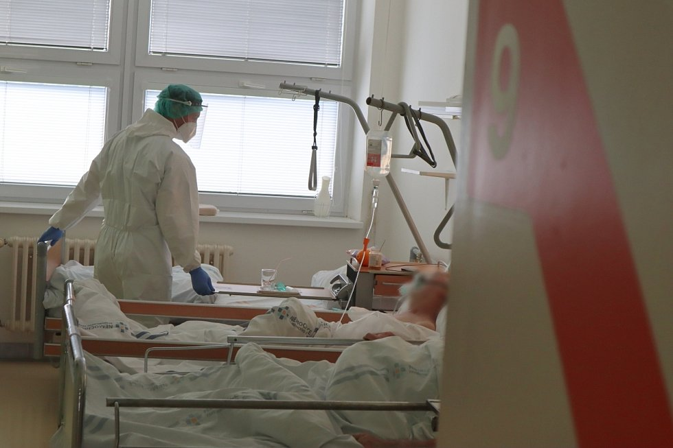 V pardubické nemocnici pomáhají zdravotníkům i hasiči. Foto: Kateřina Semrádová