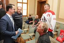 Zástupci Dynamo fans přinesli na jednání Zastupitelstva města Pardubic primátorovi Martinu Charvátovi petici ke změně vedení HC Dynamo Pardubice.