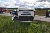 Auto skončilo mimo silnici a na střeše