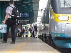 Cestující nastupují do Pendolina na pardubickém nádraží