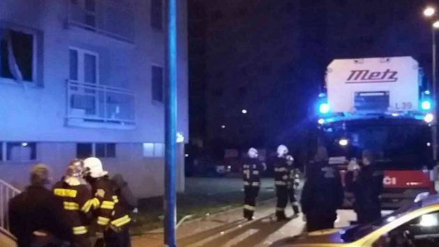 Pardubice 3 hodiny ráno. Požár bytu si vyžádal evakuaci 20 osob.