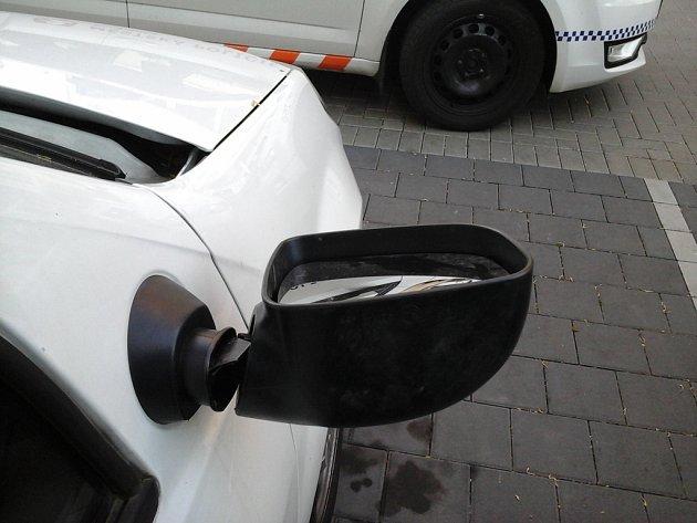 Ukopnuté zrcátko poškozeného automobilu.