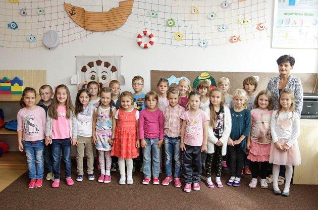 Žáci 1.Aze ZŠ Prodloužená vPardubicích spaní učitelkou Blankou Štoskovou.