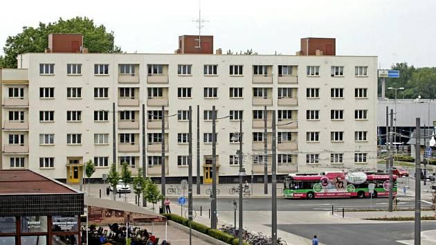 Bytový dům u nádraží.