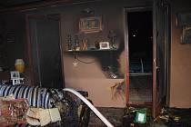 Dva hořící stromečky a potyčka na ubytovně. Záchranáři měli pernou noc.