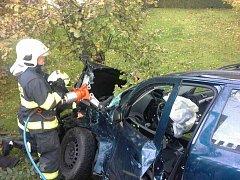 Vážná dopravní nehoda ve Vysoké u Holic. Hasiči museli zaklíněného řidiče z auta vyprostit.