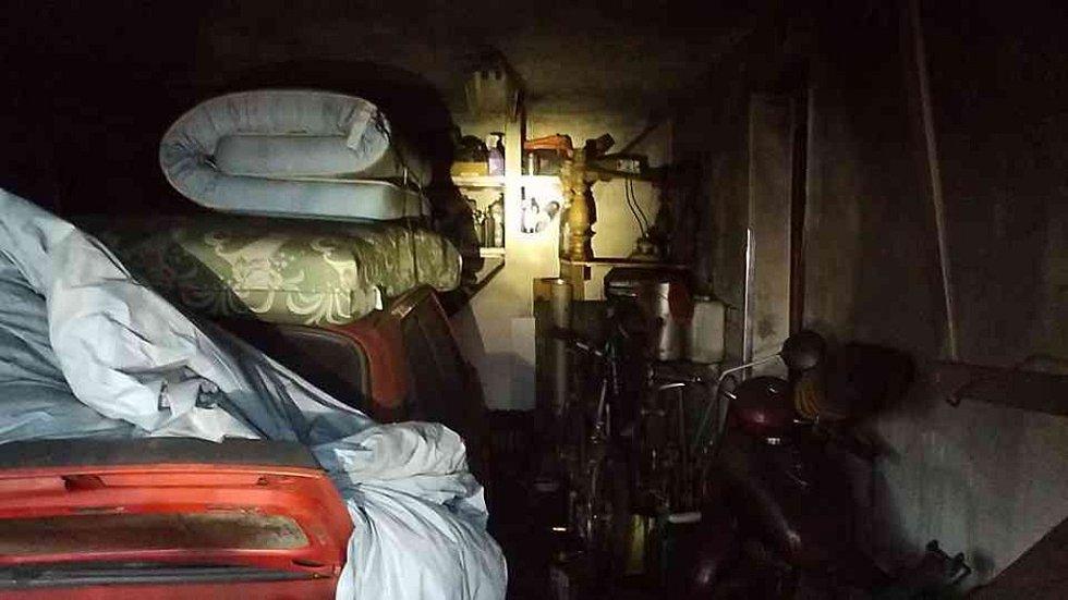 Dům plný odpadu a veteše v Kladrubech nad  Labem. Hasiči měli problém se v něm při likvidaci požáru vůbec pohybovat.