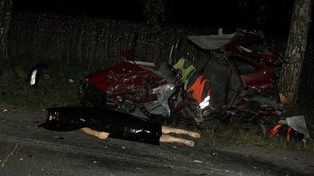Muž za volantem červeného vozu nedostal šanci. Jeho auto doslova rozstřelil protijedoucí vůz