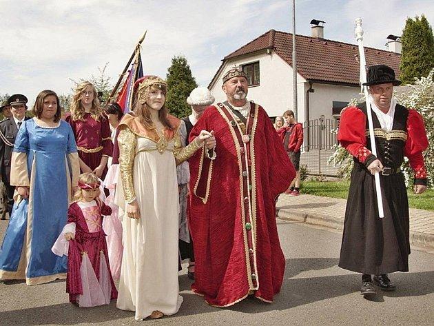 Císaře Karla IV. přivítali v Dubanech u Pardubic.