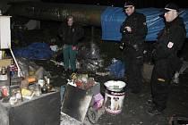 Kontroly bezdomovců a jejich příbytků patří také k náplni nočních služeb pardubických strážníků.