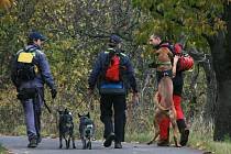 Kynologové z pátracího týmu dobrovolných hasičů z Opatovic nad Labem.