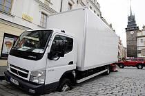 Do Pernštýnského náměstí se v pátek propadlo nákladní auto