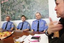 Petr Valda, Petr Šedivý a Libor Steklý byli oceněni primátorkou za záchranu života divákovi na hokeji, kterému selhalo srdce.