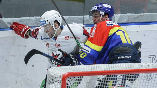Hokejové utkání 1. kola Baráže o udržení Tipsport extraligy v ledním hokeji mezi HC Dynamo Pardubice (bílém) a ČEZ Motor České Budějovice  (v modročerveném) v pardudubické ČSOB pojišťovna ARENA.