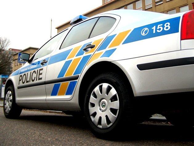 """První policejní auta v """"novém"""" barevném provedení dorazila i na východ Čech"""
