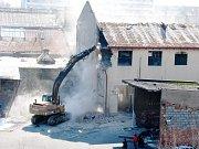 Hasiči v budově bývalé administrativní části Továrny mlýnských strojů zůstali až do sobotního poledne