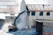 Demolice haly v areálu Prokopky. Tu v roce 2007 poškodil rozsáhlý požár.