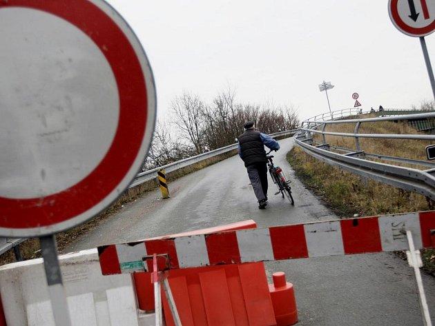 Poté, co se přes most u Rosic, který má nosnost dvou tun projel kamion, který vážil tun třicet, došlo k jeho porušení. Kvůli porušené statice rozhodla policie o jeho okamžitém uzavření.