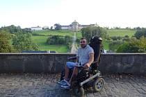 Anatolij Stehnej se pohybuje na elektrickém vozíku, potřebuje vhodné auto.