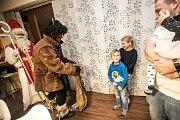 V domácnostech. Ještě víc než děti si návštěvu mikulášské družiny užívá zbytek rodiny.